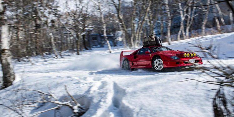 Un Ferrari F40 con cadenas a fondo sobre la nieve, espectacular y lamentable