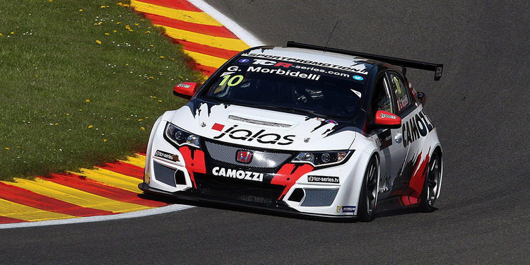 Gianni Morbidelli consigue la pole en Imola