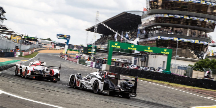 Toyota sigue lider y Porsche se acerca a una hora del final de Le Mans