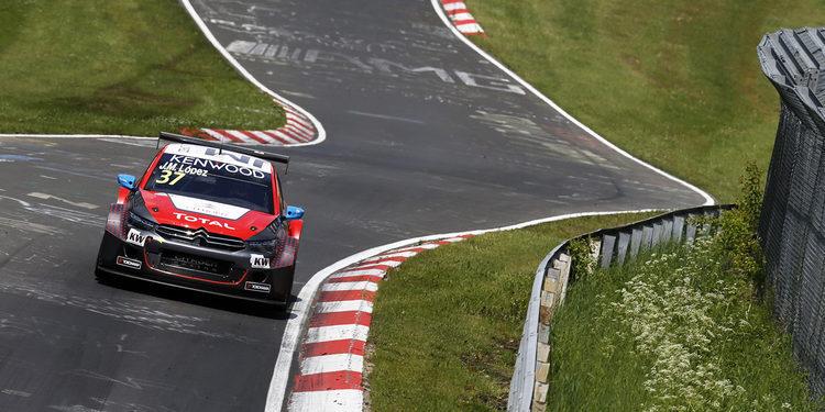 José María López recibe el premio como el mejor piloto en el Nürburgring Nordschleife