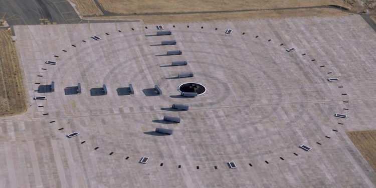 El reloj más grande del mundo hecho con camiones