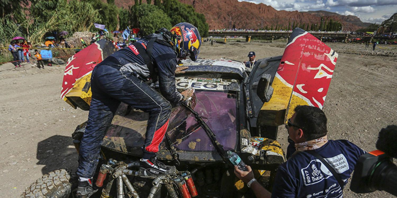Coches | Sainz se despide de sus opciones al caer por un barranco