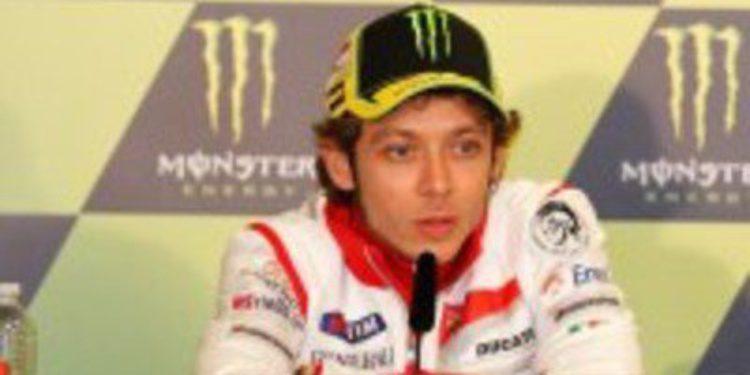 Valentino Rossi llega al escenario de su último podio