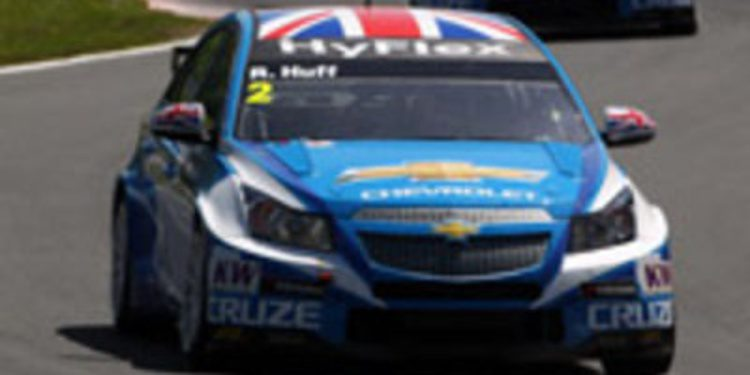 Huff aguanta a Muller y gana la primera carrera