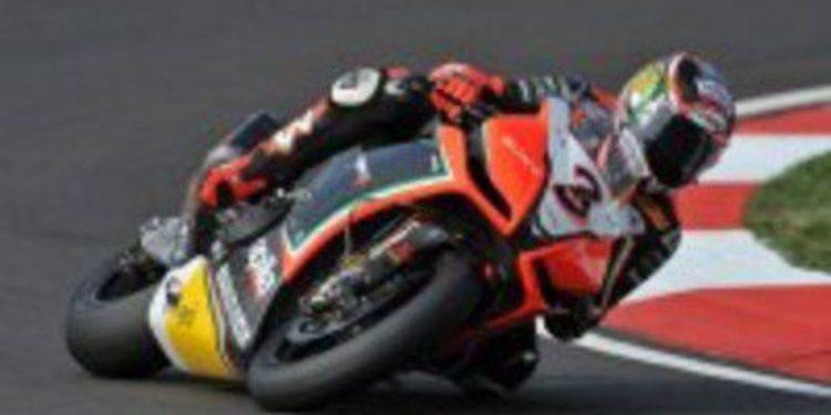 Max Biaggi comienza marcando la pauta en Motorland