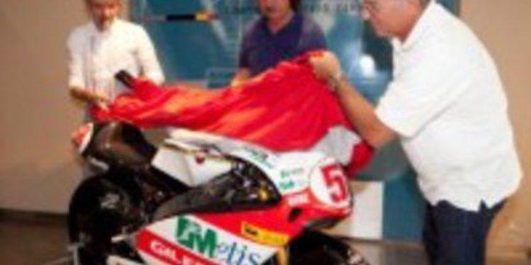 El grupo Piaggio entrega la Gilera 250cc de Simoncelli a su padre