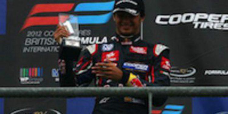 Carlos Sainz Jr cierra un gran fin de semana en Spa con victoria bajo la lluvia