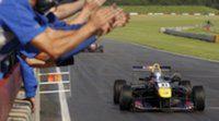 Carlos Sainz Jr se hace con una victoria sabática bajo la lluvia en Snetterton