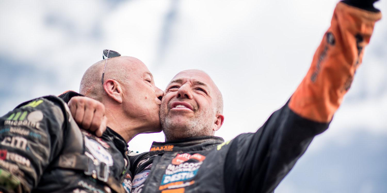 Tom y Tim Coronel consiguen completar el Dakar