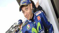 Valentino Rossi en observación, tras una caída practicando motocross