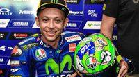 Valentino Rossi rinde doble homenaje en su casco para Mugello