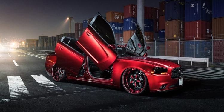Dodge Charger con cuatro puertas de tijera