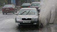 Evite ciertos errores al conducir en lluvia