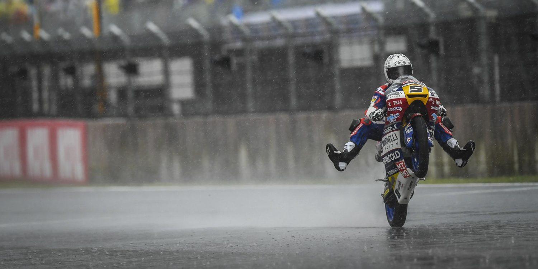 Fenati baila sobre la lluvia japonesa