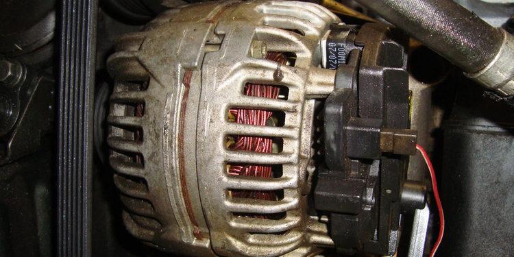 Cómo cambiar el alternador del coche