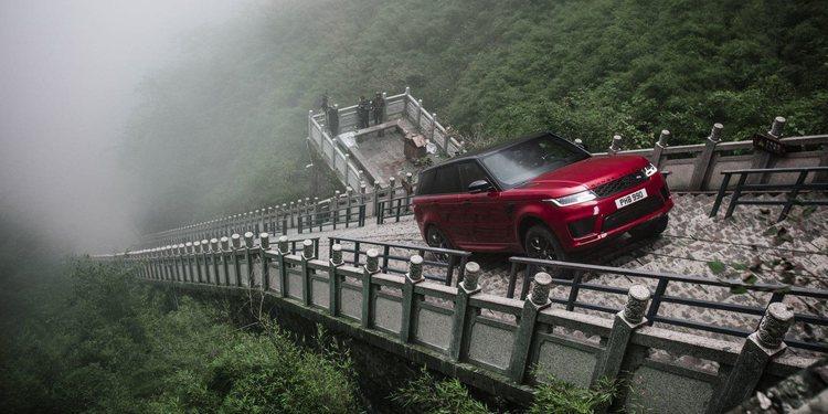 """La nueva Range Rover Sport PHEV Subió los 999 escalones de  """"La Puerta del Cielo"""" en China"""