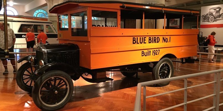 La fascinante historia de Blue Bird Corporation y el Autobús escolar