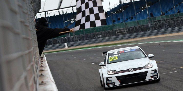 Daniel Lloyd se lleva el triunfo de la Carrera 1 en Silverstone
