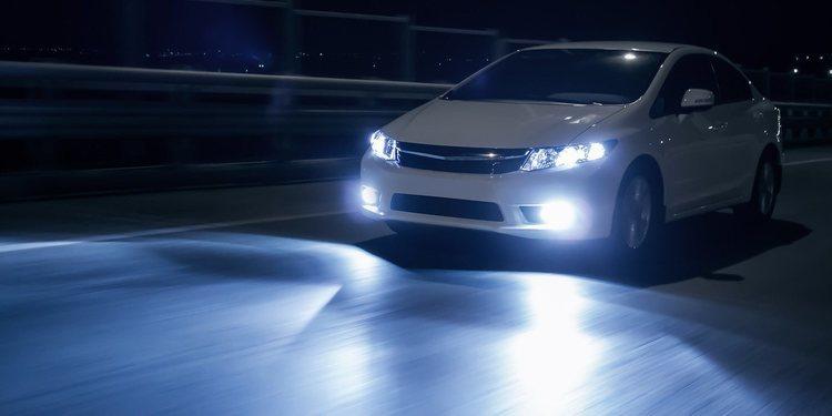 Mantenga las luces del coche al día