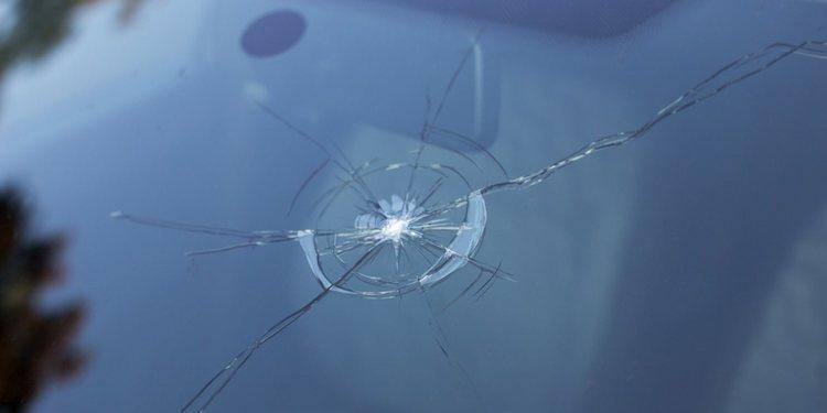 Peligros al circular con un parabrisas roto o en mal estado