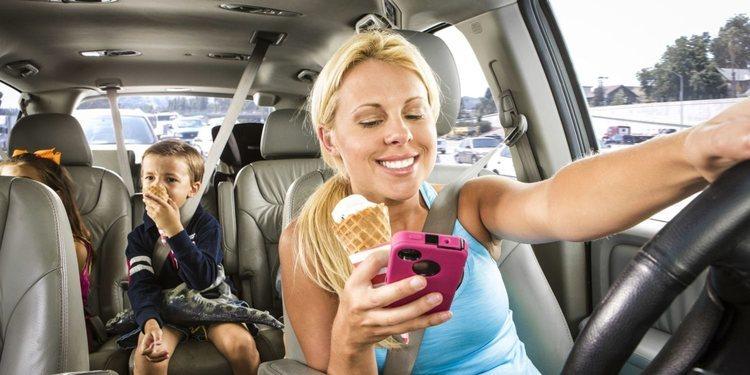 La DGT aumentara las sanciones para quien utilice el móvil mientras conduce