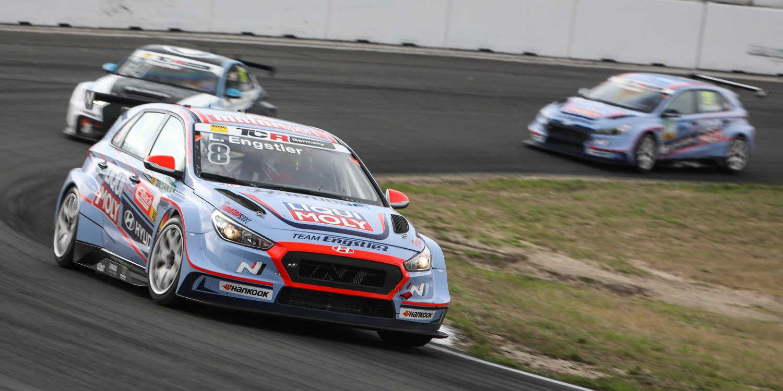 Luca Engstler gana desde la 'pole' sin cambios en la parte alta