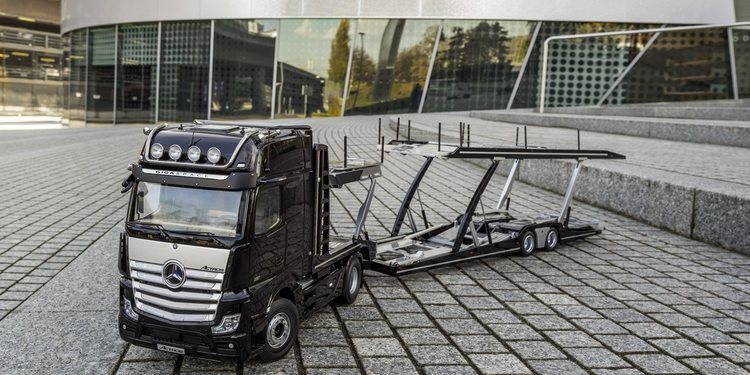 Camión de transporte Mercedes-Benz escala 1:18