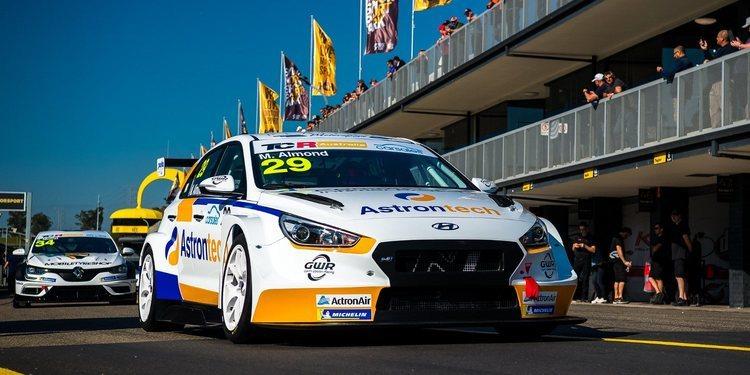 Michael Almond reina en la primera jornada en el Sydney Motorsport Park