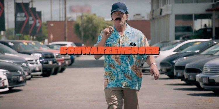 Arnold Schwarzenegger promueve la venta de autos eléctricos