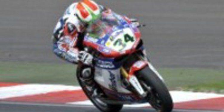 Carlos Checa y Davide Giugliano renuevan con Ducati en SuperBikes