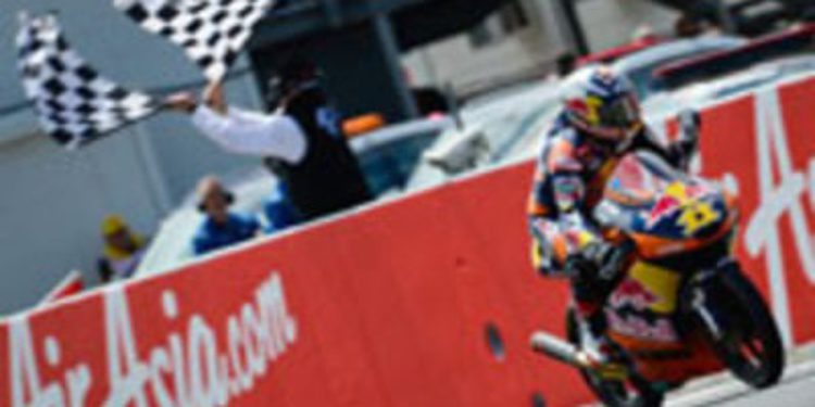 Sandro Cortese gana en Phillip Island confirmando su rol de campeón en Moto3
