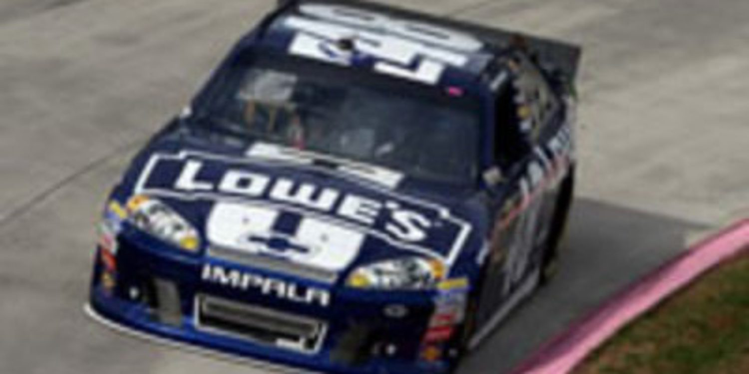 Jimmie Johnson gana en Martinsville tras 500 vueltas intensas