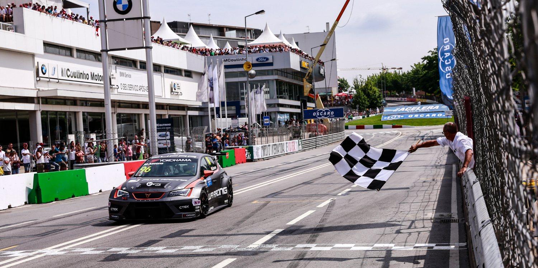 Mikel Azcona, feliz tras su primera victoria en la WTCR