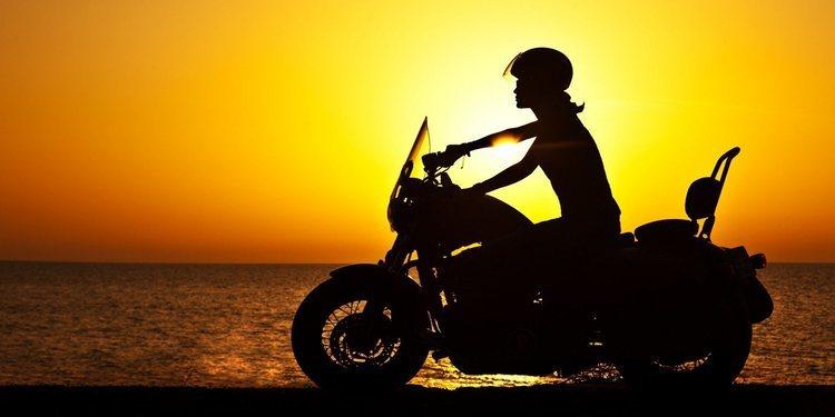 Disfrute al viajar en moto en pleno verano