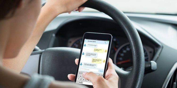 El peligro de usar smartphones cuando conducimos