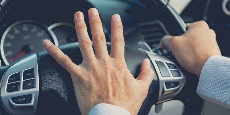 Evite la conducción violenta