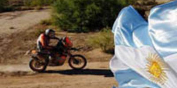 Dakar 2013, etapa 11: Caselli gana bajo la lluvia. Robby Gordon vence tras la neutralización
