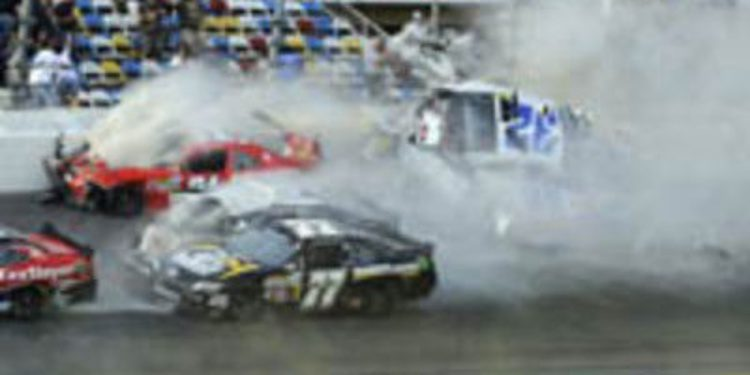 "Accidente grave en Daytona tiñe la victoria de ""Smoke"""