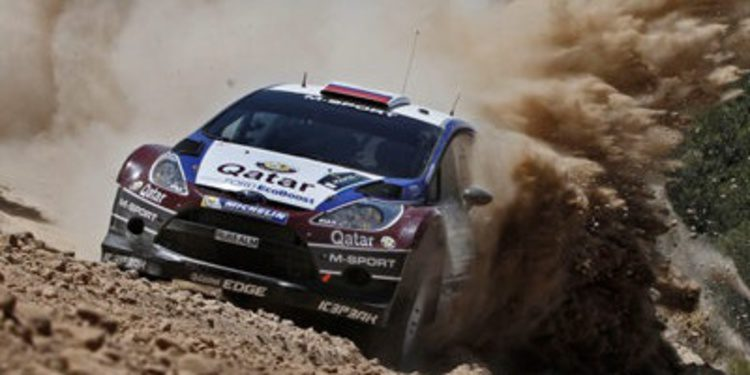 Evgeny Novikov encendido en la Etapa 1 del Acropolis Rally