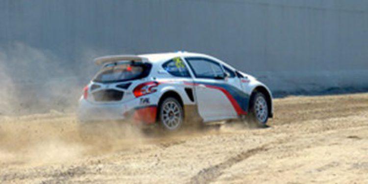 Mika Salo prueba un Peugeot 208 de Rallycross