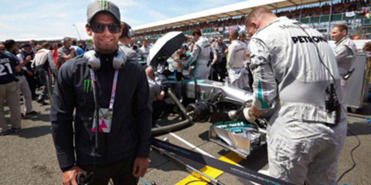 Cal Crutchlow se divierte en el GP de Gran Bretaña de F1