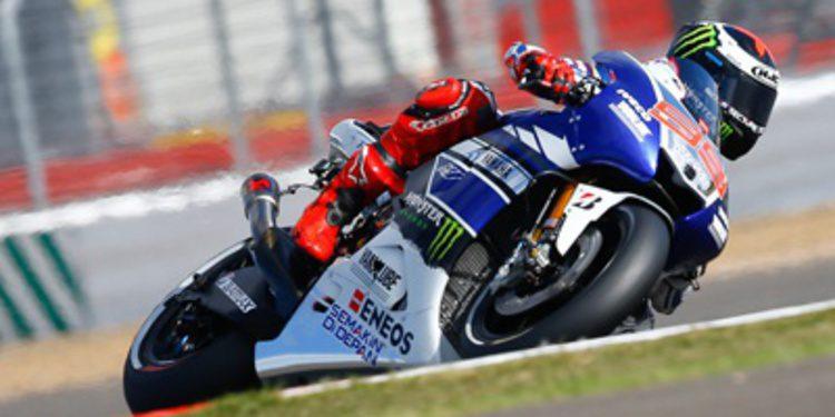 Jorge Lorenzo gana en Silverstone ante un lesionado Márquez