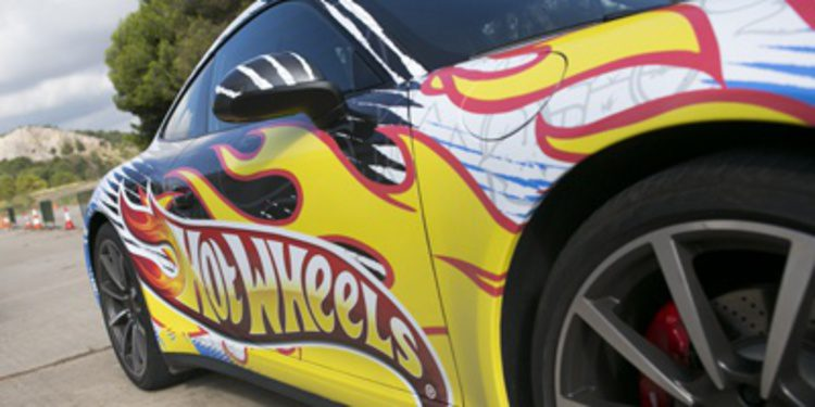 Jorge Lorenzo se monta en un Hot Wheels de tamaño real