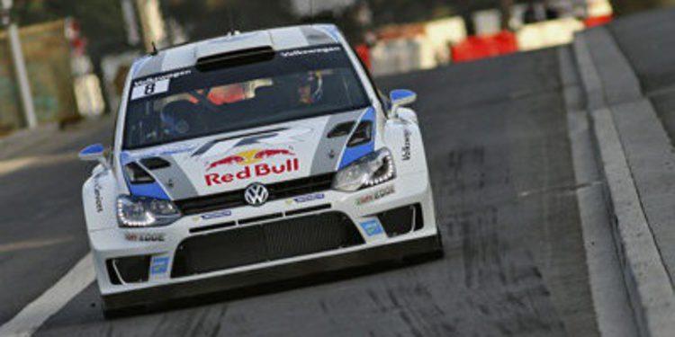 Sebastien Ogier celebra el título ganando el Rally de Francia