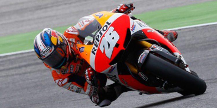Dani Pedrosa habla en pista durante los FP1 de MotoGP malayos