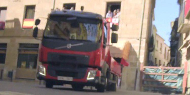 El Volvo FL se promociona entre toros en un encierro