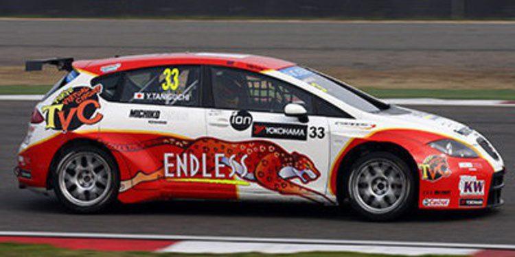 Tom Chilton gana la primera carrera, mientras Oriola sufre con los neumáticos