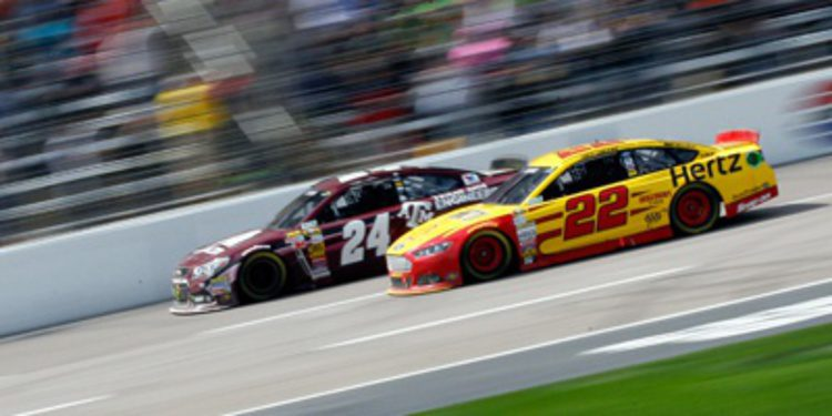 Joey Logano se impone a Jeff Gordon en Texas
