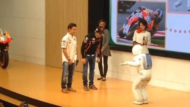 Dani Pedrosa y Marc Márquez conocen a ASIMO