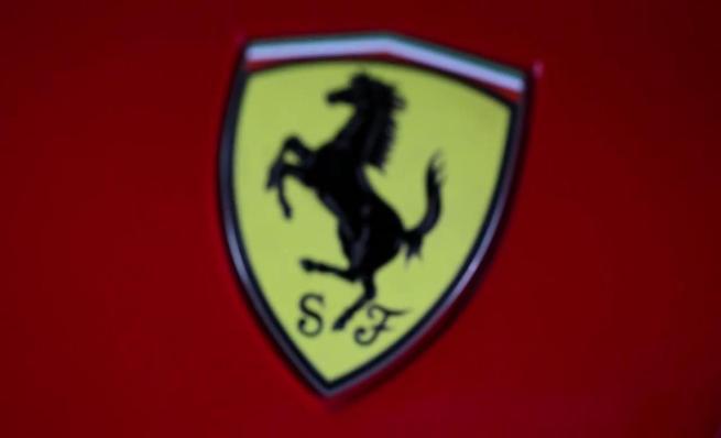 Llevando de lado un Ferrari 288 GTO por el campo